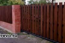 Различные конструкции деревянного забора для загородного дома