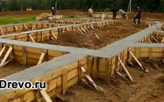 Ленточный фундамент для деревянного дома: достоинства и этапы изготовления