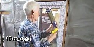 Пластиковое окно в доме из дерева