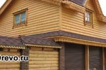 Гараж из сруба рядом с деревянным домом в едином стиле