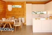 Какой дизайн и интерьер выбрать для кухни в брусовом доме