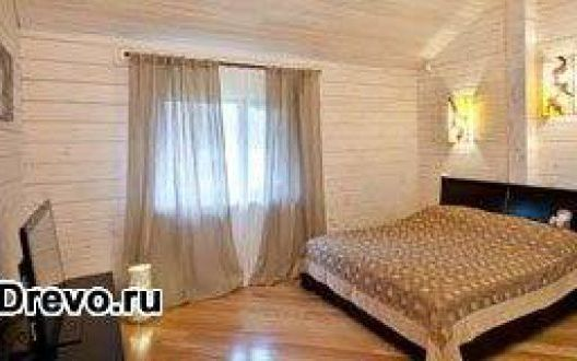 Покраска деревянных стен внутри дома из бруса