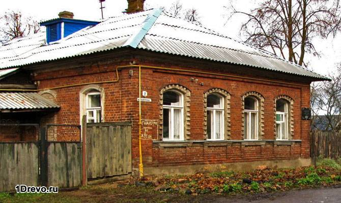Старый кирпичный дом