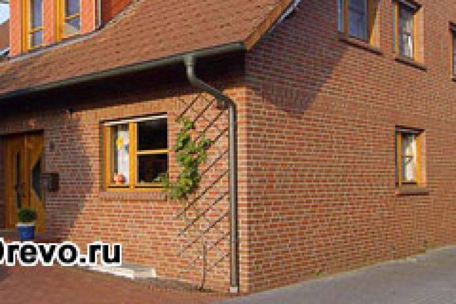 Кирпичная стена в деревянном доме