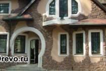 Как привлекательно оформить фасад частного дома из дерева