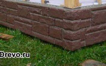 Отделка фундамента деревянного дома сайдингом
