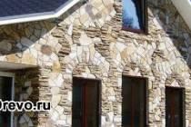 Отделка различным камнем фасада деревянного дома