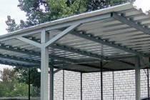 Односкатная крыша навеса из металлопрофиля на даче
