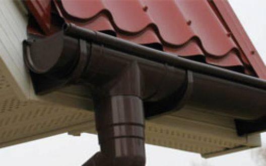 Водосточные желоба и трубы для крыши деревянного дома