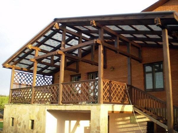 Арочный навес к деревянному дому