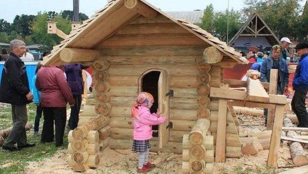 Детский домик из бревна