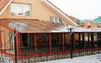 Виды деревянных навесов из поликарбоната перед домом