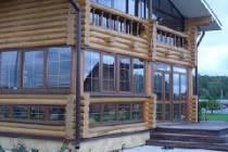 Деревянные дома из оцилиндрованного бревна с террасой