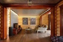 Интерьер гостиной загородного дома из оцилиндровки