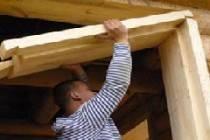 Как вставить окна в доме из бруса с обсадой