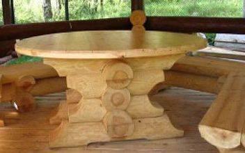 Стол из оцилиндрованного бревна для дачного интерьера