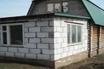 Веранда из пеноблоков, пристроенная к деревянному дому
