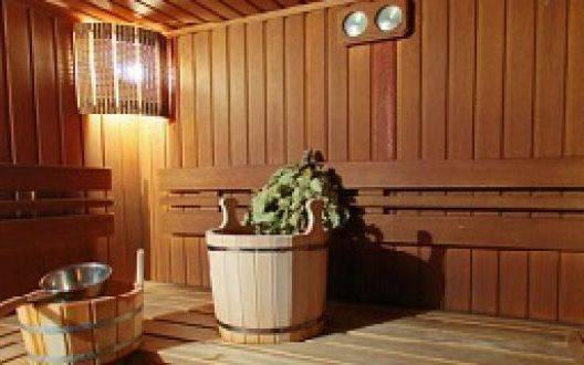 Внутренняя отделка бани из оцилиндрованного бревна