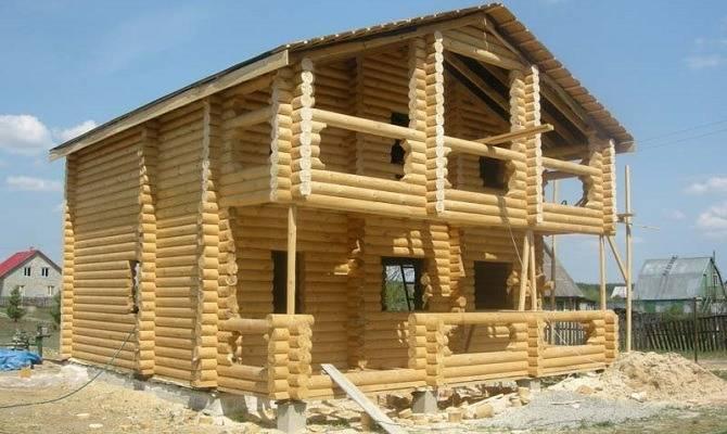 Монтаж строения из оцилиндрованного бревна