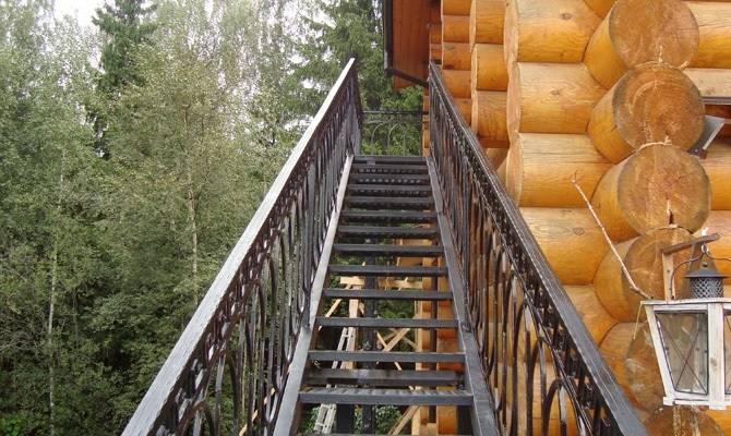 Наружная мансардная лестница