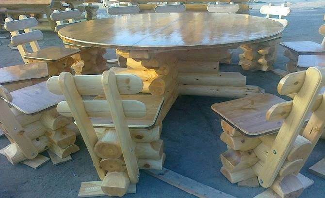 Стол и стулья из оцилиндрованного бревна