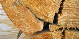 Трещины в оцилиндрованном бревне