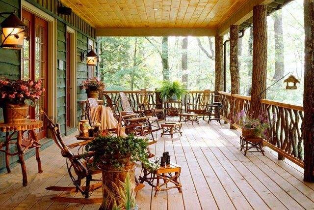 Веранда деревянного дома